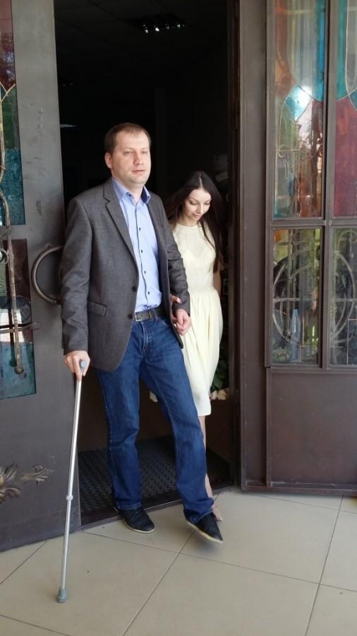 Тимур и Сабина выходят из ЗАГСа